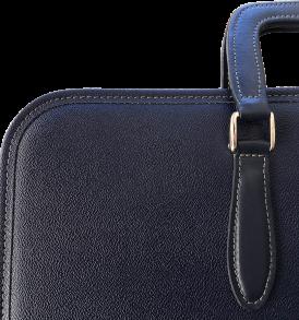 particolare di cartella porta paramenti in eco-pelle con manico ed inserti in cuoio